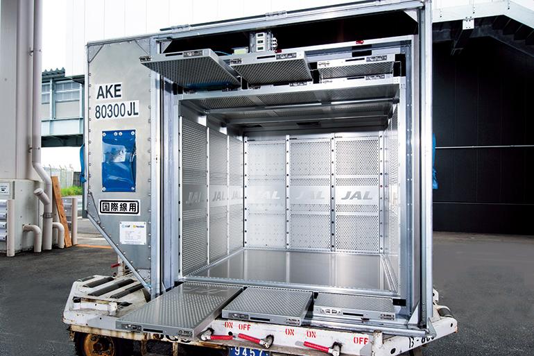 コンテナを運ぶトラック