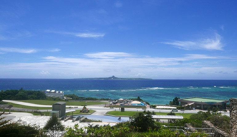 沖縄美ら海水族館 水族館から見える海